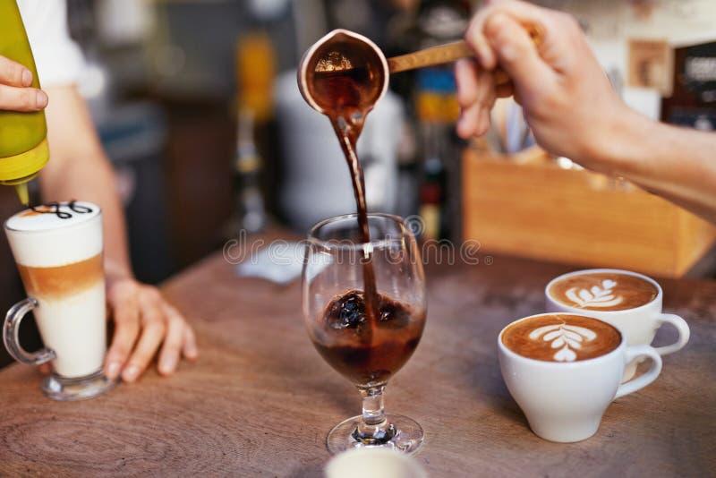 Préparation de café dans le café photo stock