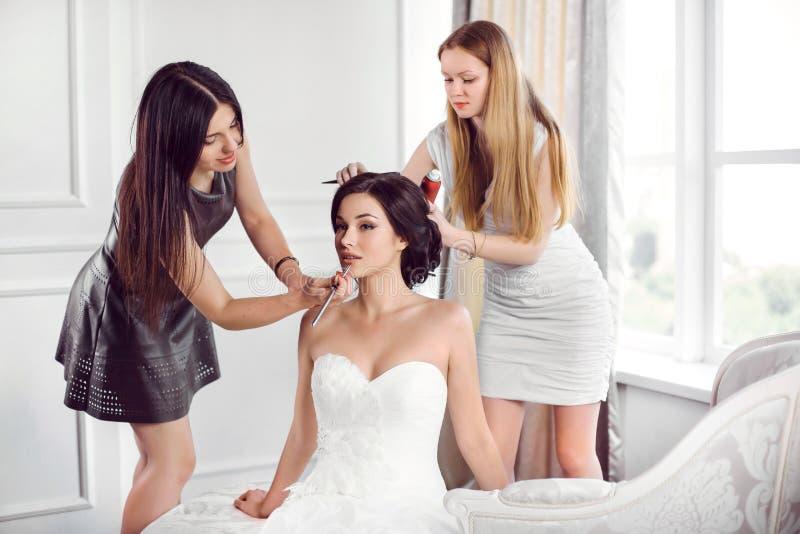 Préparation de coiffure de maquillage du ` s de jeune mariée image stock