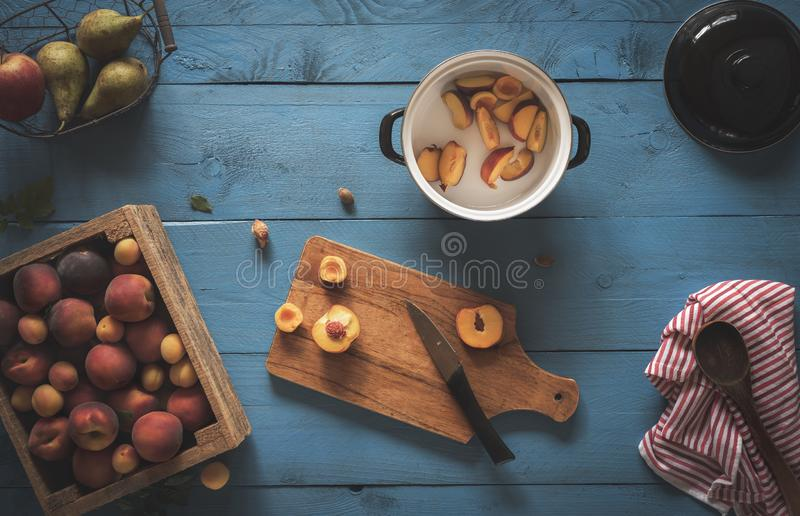 Préparation de confiture de pêche, une boîte de fruits frais photo libre de droits