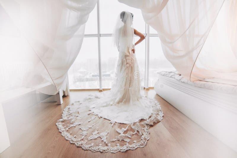 Préparation de jeune mariée adorable photo libre de droits