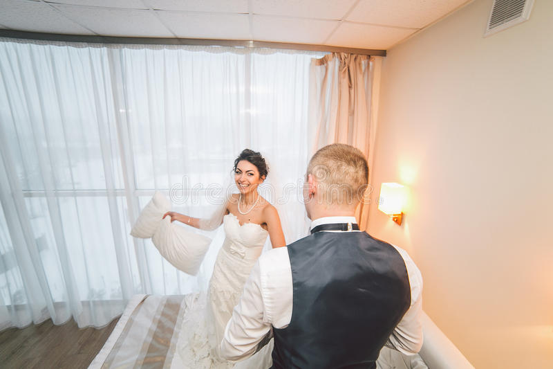 Préparation de jeune mariée adorable image stock