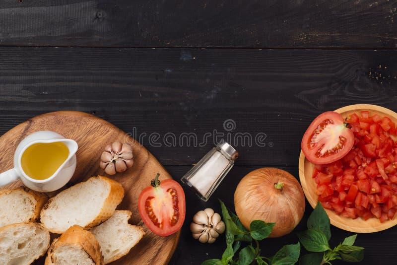 Préparation de la bruschette italienne délicieuse de tomate avec le veget coupé photos stock