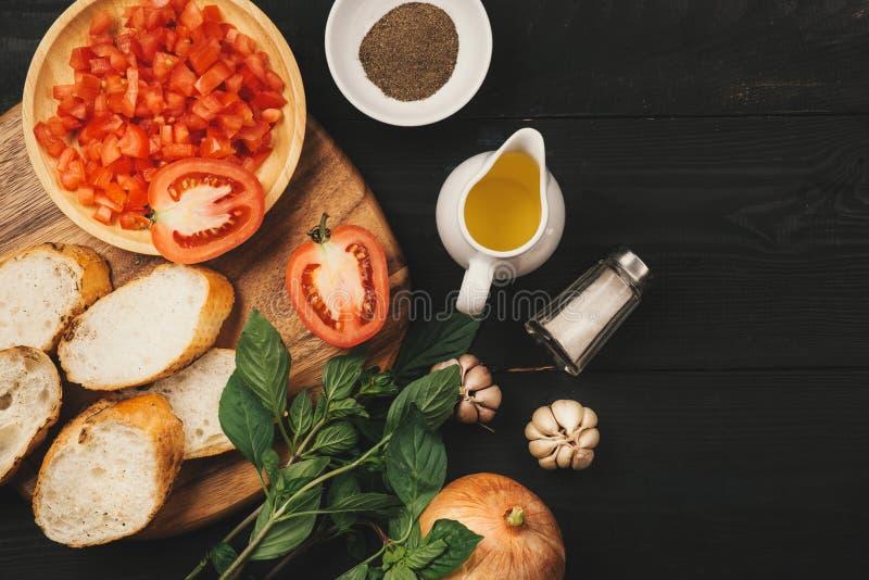 Préparation de la bruschette italienne délicieuse de tomate avec le veget coupé image stock