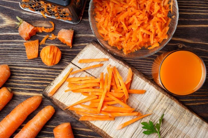 Préparation de la carotte vegatable saine à la cuisson images libres de droits