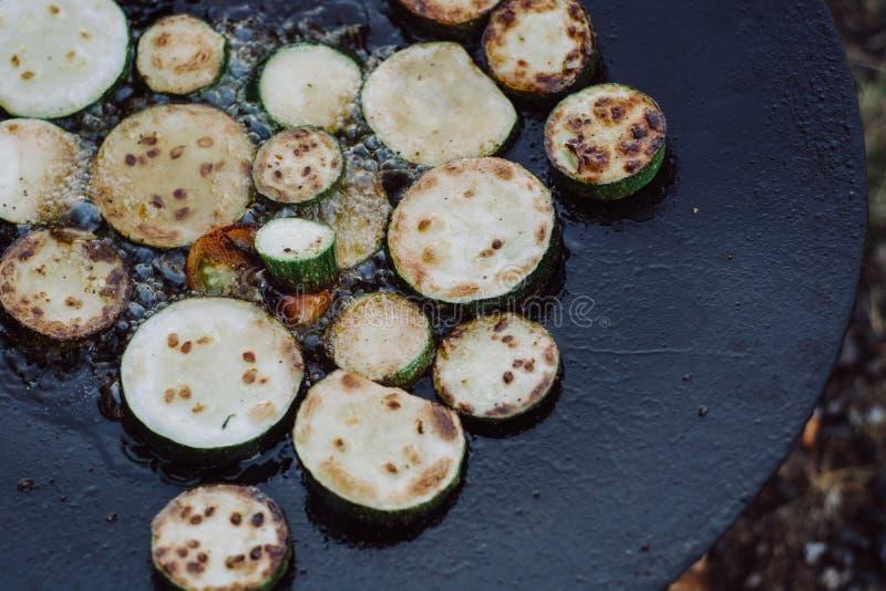 Préparation de la courgette délicieuse au barbecue outdoors images libres de droits