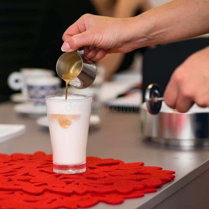 Préparation de la crème de latte image stock