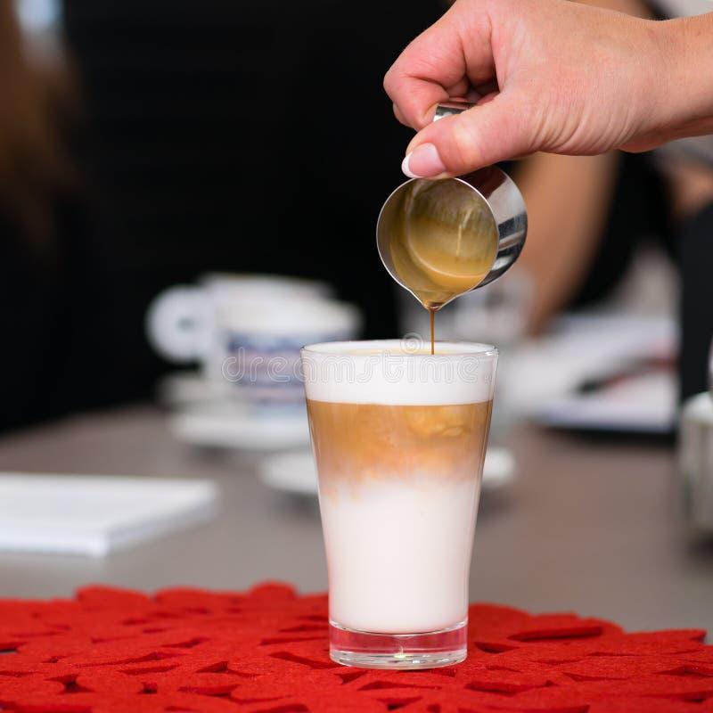 Préparation de la crème de latte photo libre de droits