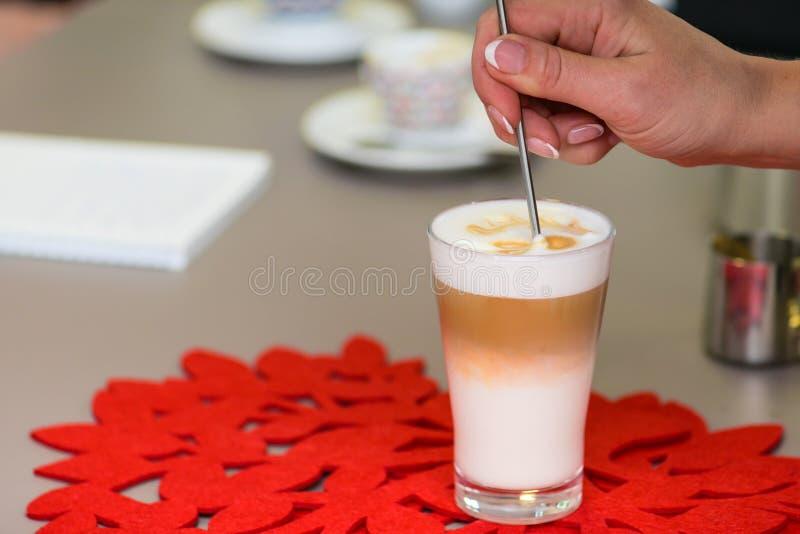 Préparation de la crème de latte images stock