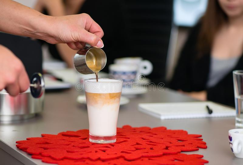 Préparation de la crème de latte image libre de droits