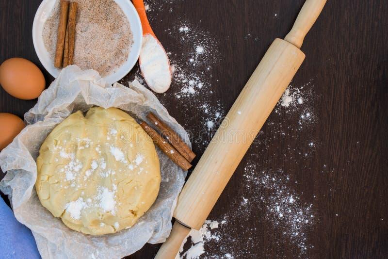 Préparation de la pâte de biscuit Ingrédients pour des biscuits photographie stock