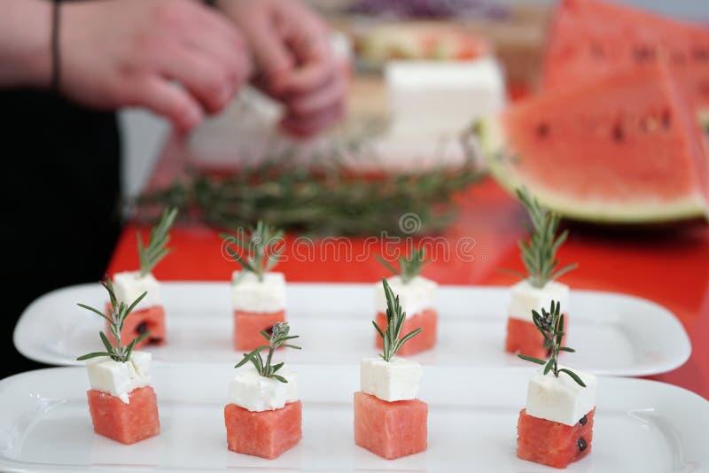 Préparation de la pastèque et des cubes en feta photographie stock