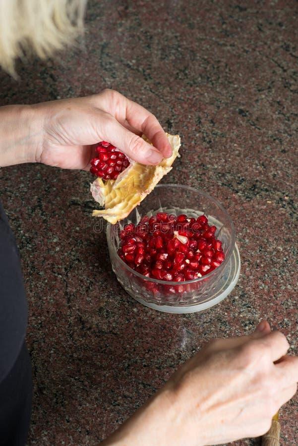 Préparation de la salade de fruits photo stock