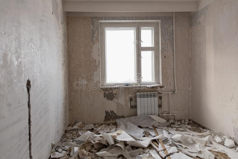 Préparation de la salle pour la réparation Murs de nettoyage de papier peint en appartement image stock