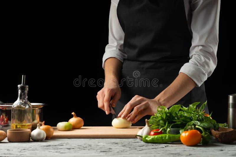 Préparation de la sauce tomate par les mains du chef, étapes le processus dans la cuisine sur une copie noire de fond le texte du images stock