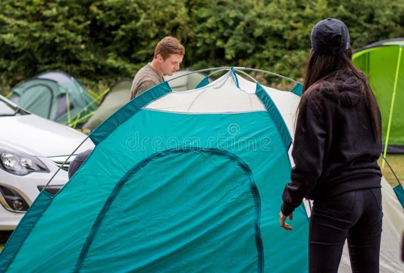 Préparation de la tente photo stock