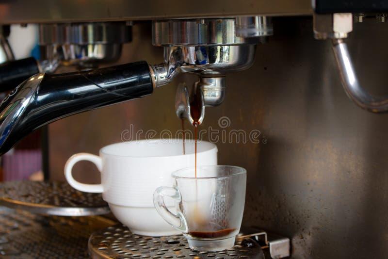 Préparation de machine de café fraîche photos stock