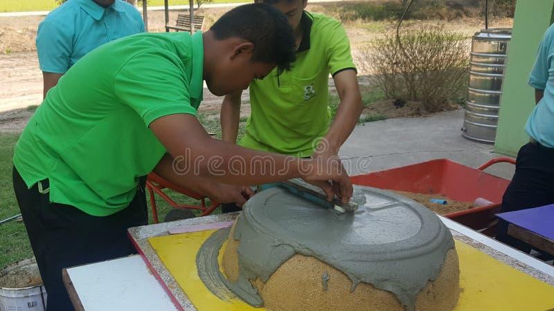 Préparation de moule de pot de fleurs de ciment formant DIY photographie stock libre de droits