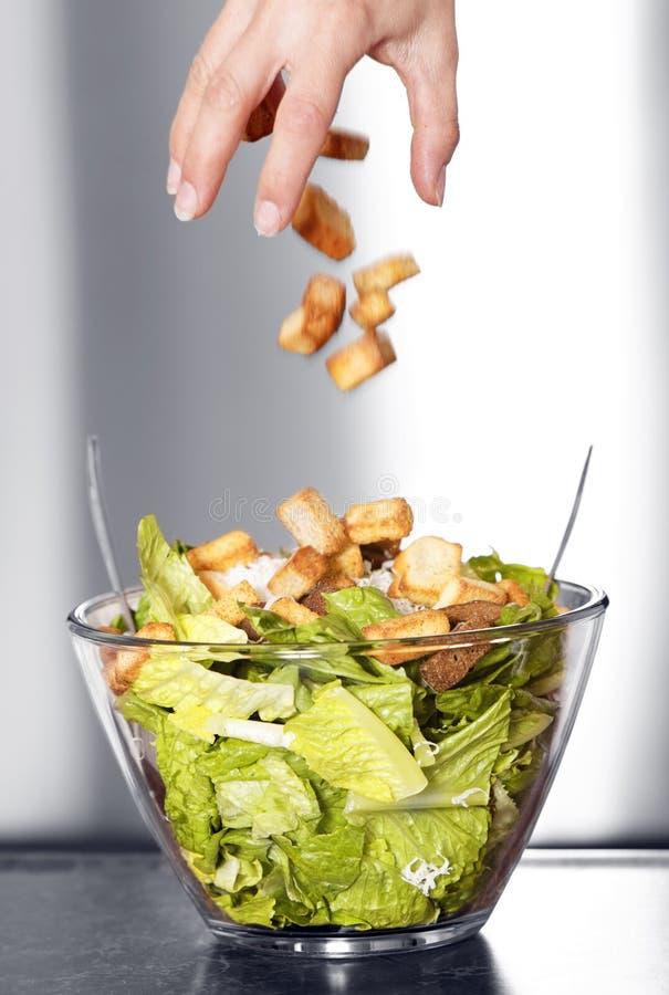 Préparation de mouvement de salade de César photo stock