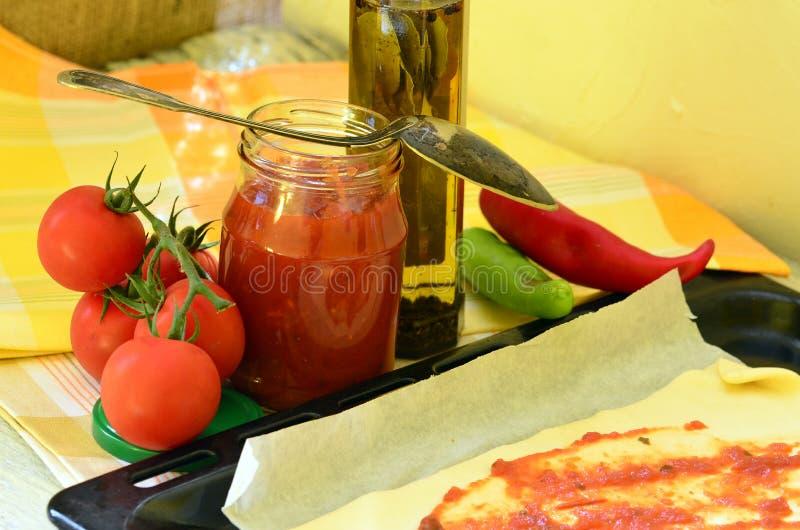 Préparation de pâte faite maison de pizza avec la sauce tomate photo libre de droits