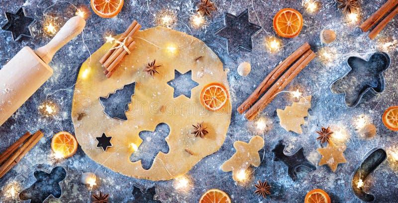 Préparation de pain d'épice avec l'épice en composition étendue plate - biscuits de Noël photos libres de droits