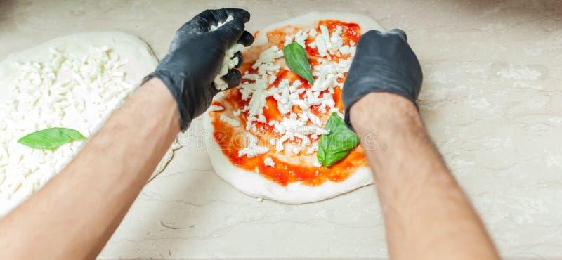 Préparation de pizza napolitaine traditionnelle photographie stock