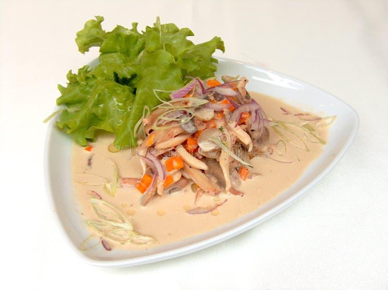 Préparation de salade avec le calmar images libres de droits