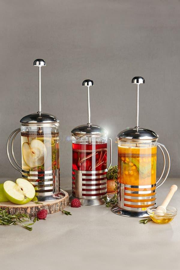Préparation de thé de fruit telle que des thés d'Apple, de framboise et d'argousier images stock