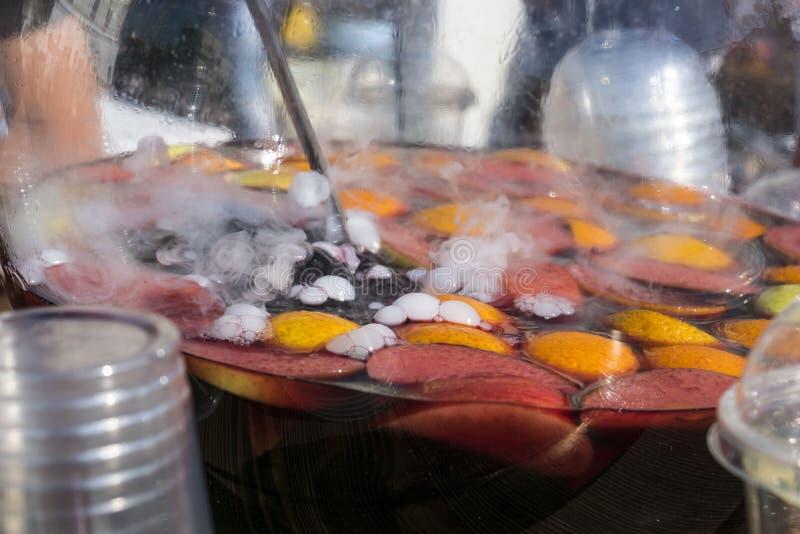 Préparation de vin chaud image stock