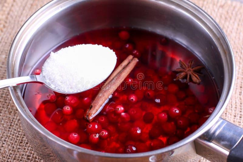 Préparation de vin chaud Baies dans une casserole photographie stock
