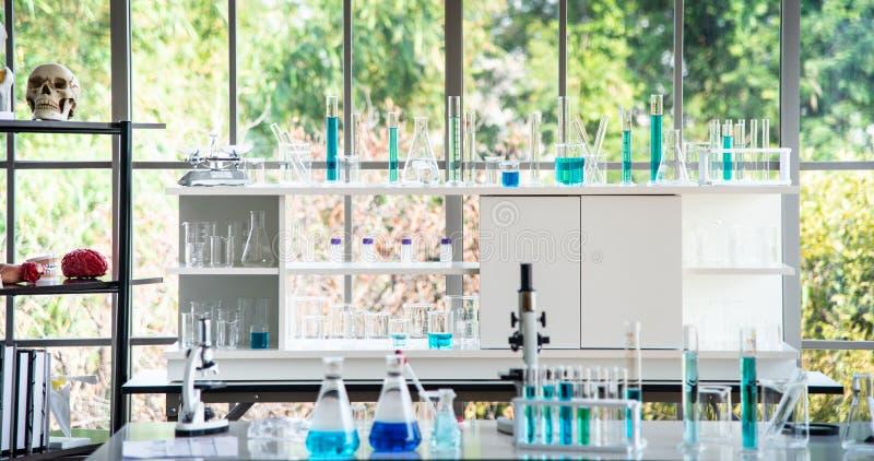 Préparation des équipements de laboratoire tels que la verrerie, tube avec le liquide bleu sur la table blanche dans le laboratoi photo libre de droits