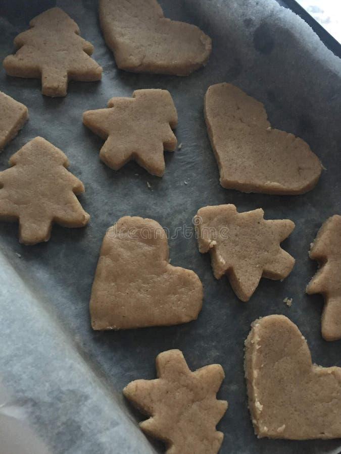 Préparation des biscuits de gingembre coupent le vieux couteau sous forme de biscuits d'un coeur et d'arbre de Noël photographie stock