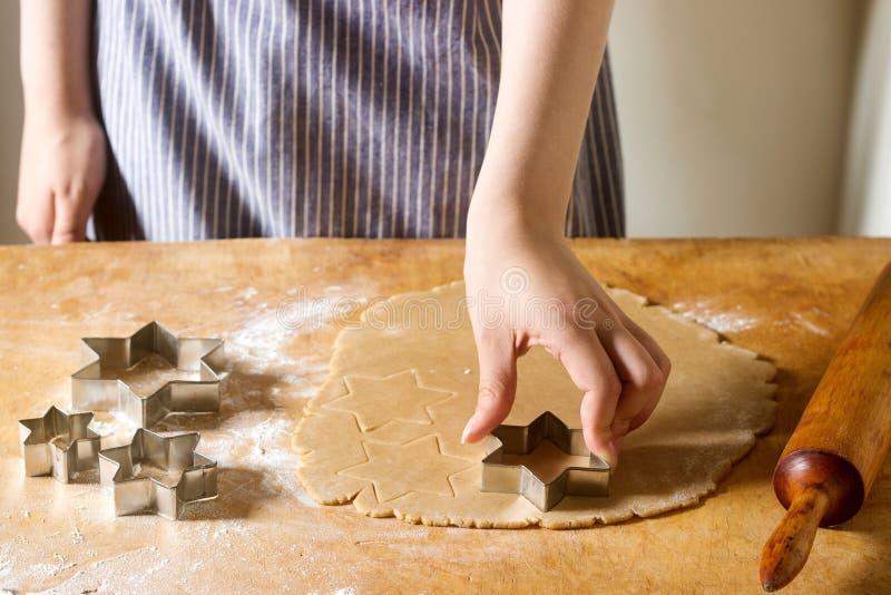 Préparation des biscuits de gingembre Une femme a coupé des biscuits comme une forme d'étoile Pâtisserie faisant cuire, concept f photos libres de droits