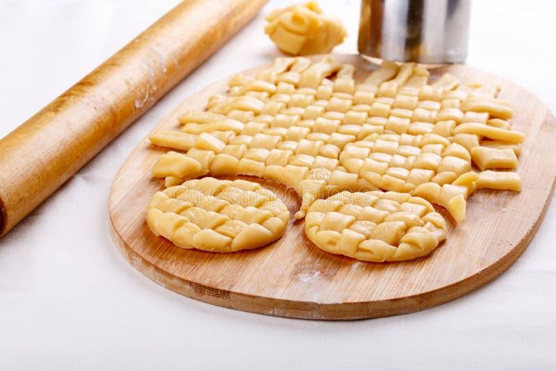 Préparation des biscuits sablés tressés photo stock