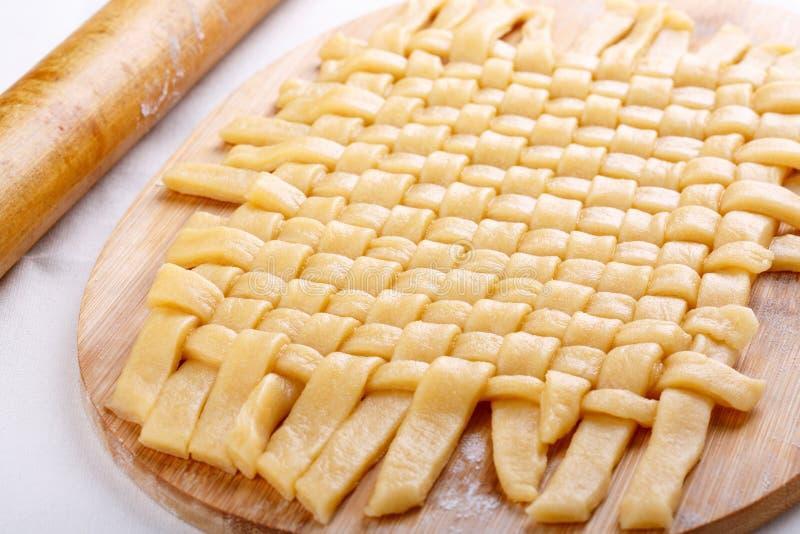 Préparation des biscuits sablés tressés image stock