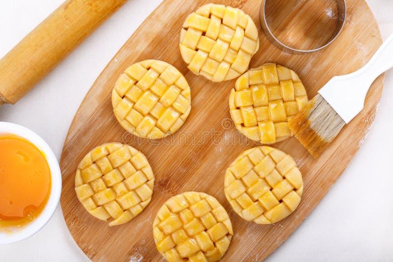 Préparation des biscuits sablés tressés images libres de droits