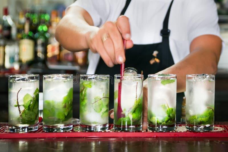 Préparation des cocktails cubains image stock
