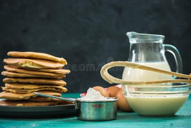 Préparation des crêpes avec les ingrédients frais images libres de droits