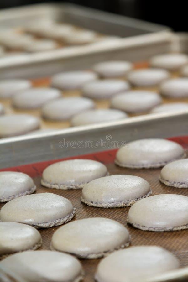 Préparation des macarons français photos libres de droits