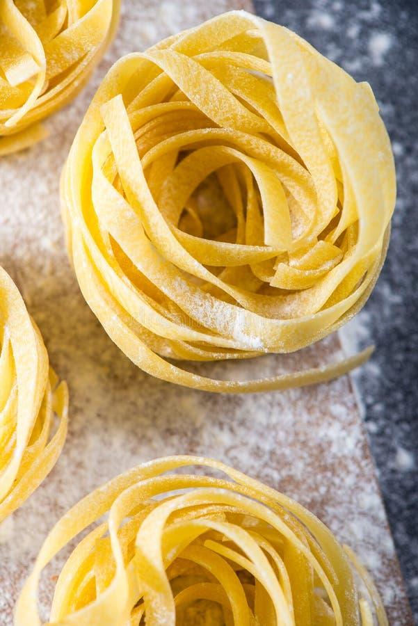 Préparation des pâtes italiennes de tagliatelles images stock
