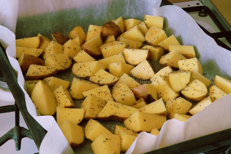 Préparation des pommes de terre américaines photos libres de droits