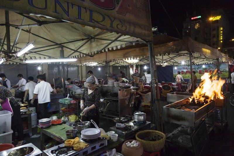 Préparation du barbecue dans le restaurant de rue de Saigon image stock