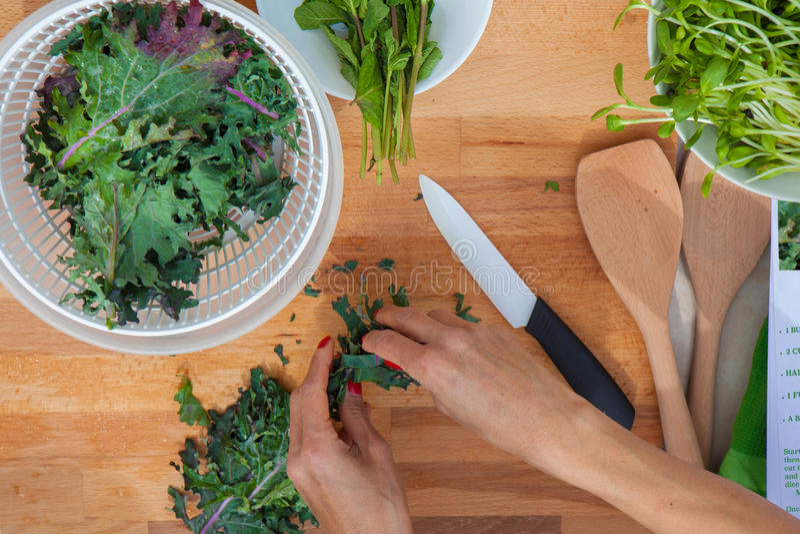 Préparation du chou frisé organique de légumes photographie stock