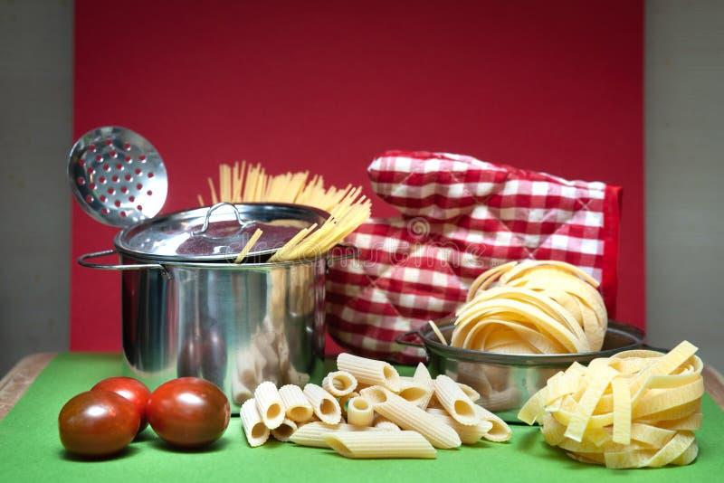 Préparation du concept de pâtes, pâtes sèches de différents types tagliatelles, images stock
