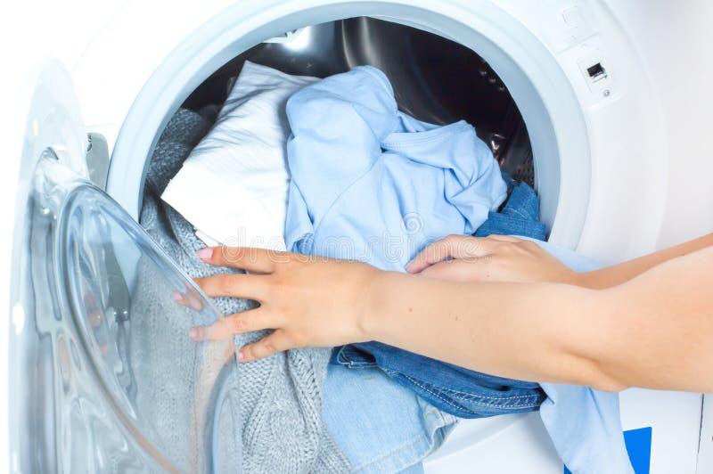 Préparation du cycle de lavage Machine à laver, mains et vêtements images libres de droits