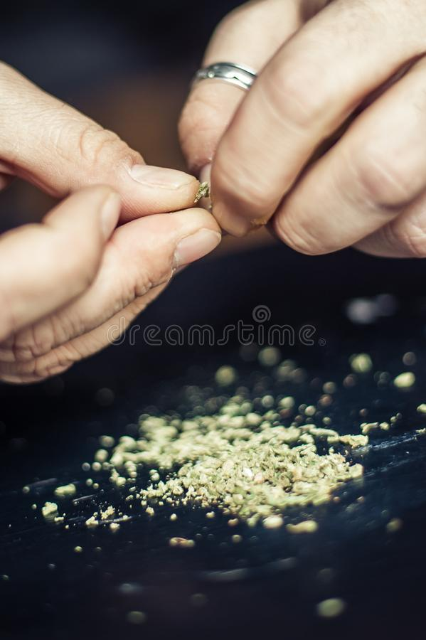 Préparation du joint de cannabis de marijuana Dope le concept narcotique photo libre de droits