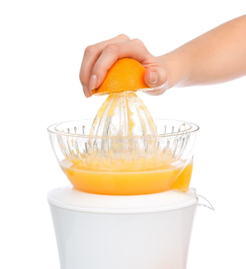 Préparation du jus d'orange frais avec le juicer photos stock
