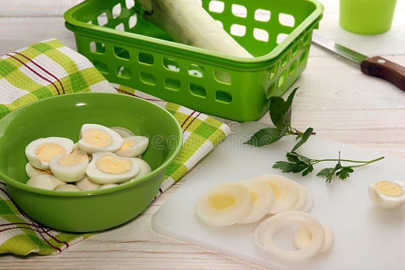 Préparation du poireau de coupe de petit déjeuner et des oeufs de caille bouillis photo stock