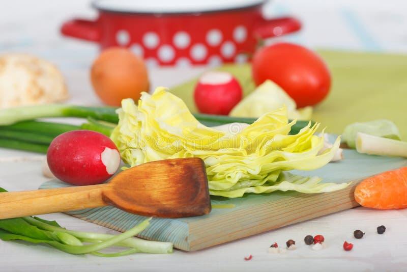 Préparation du potage aux légumes fait maison frais image libre de droits