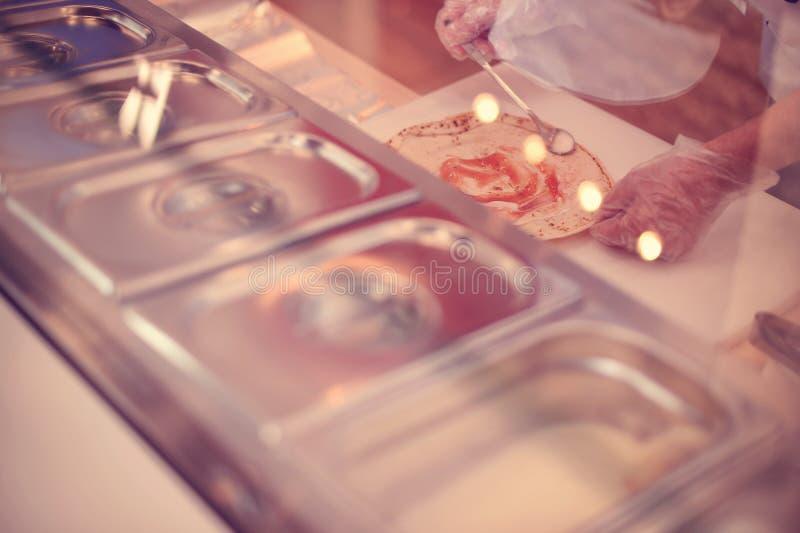 Préparation du shawarma photographie stock libre de droits