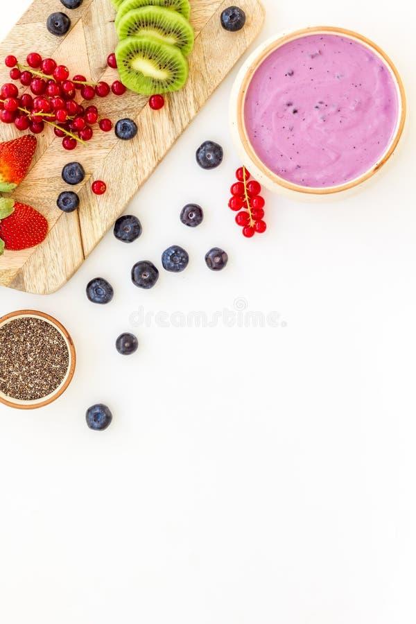 Préparation du smoothie sain de fruit Bol de smoothie d'Acai près de planche à découper avec des fruits frais, baies, graines de  photos stock